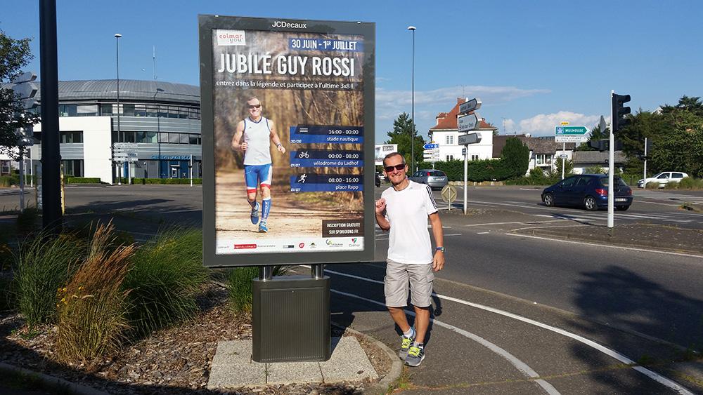 Guy devant une affiche